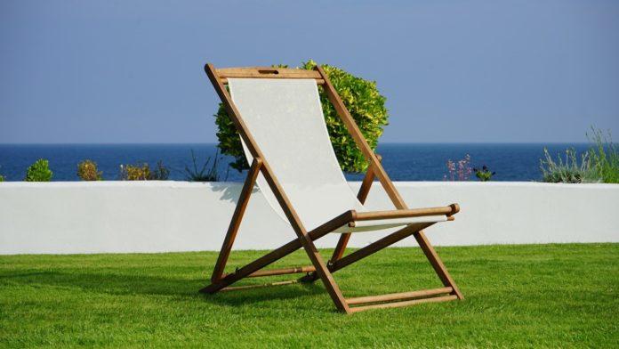 Leżak ogrodowy a leżak plażowy – czy to to samo?