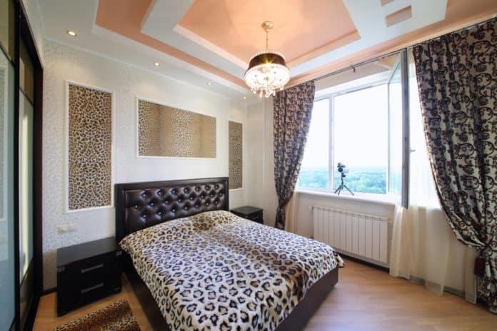 Kolorowy sufit w mieszkaniu. Czy to dobry pomysł?
