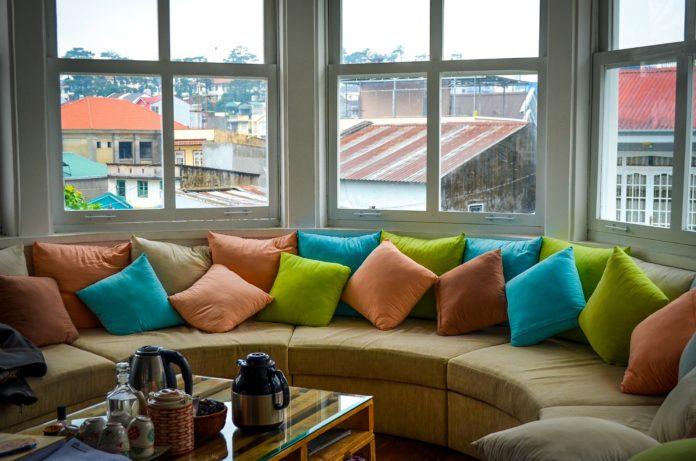 Jak dobrać poduszki do salonu?