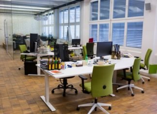 Jak zadbać o swoje plecy podczas pracy biurowej?