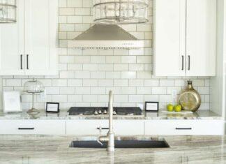 Jak dobrać wykończenie ścian do białych frontów mebli w kuchni.